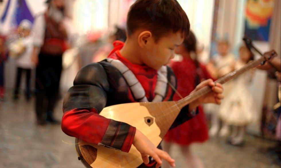 Музыкалық шығармаларды домбырада ойнау — қазақ халқының көрк…